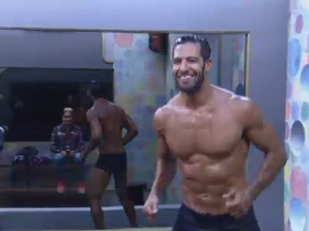 22.jul.2013 - Após show do Jeito Moleque, Beto Malfacini toma banho