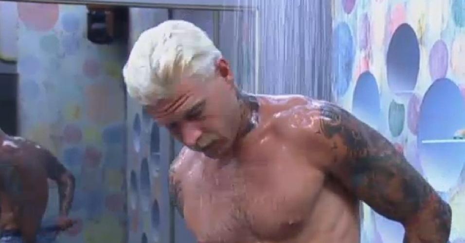 22.jul.2013 - Após show do Jeito Moleque, Mateus Verdelho toma banho