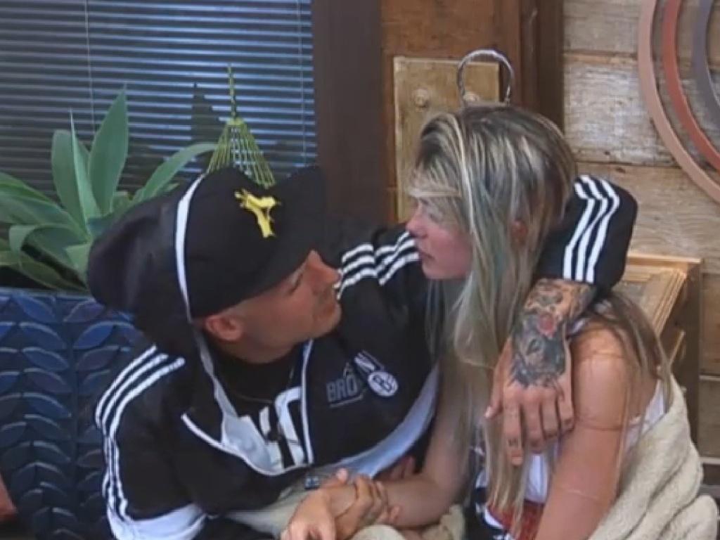 22.jul.2013 - Bárbara e Mateus combinam sinais para se comunicarem quando um dos dois for para o celeiro