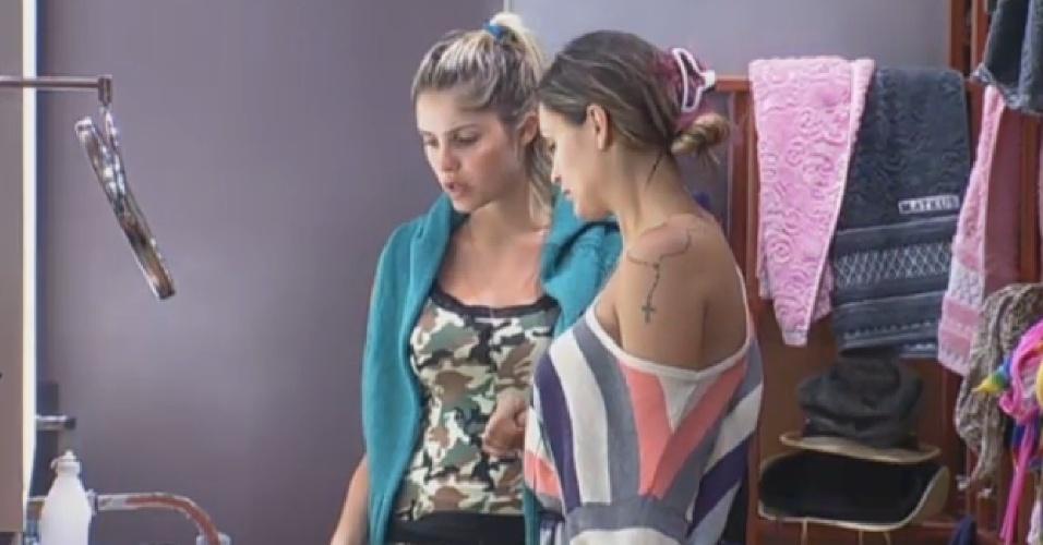 22.jul.2013 - Bárbara Evans mostra lavatório sujo para Andressa Urach