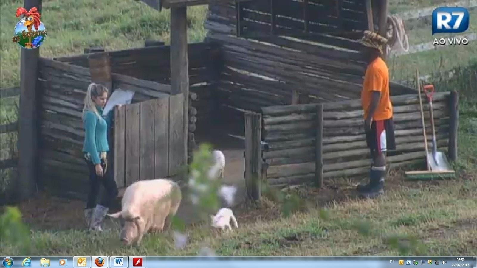 22.jul.2013 - Bárbara recebe instruções de Ivo Meirelles para cuidar dos porcos