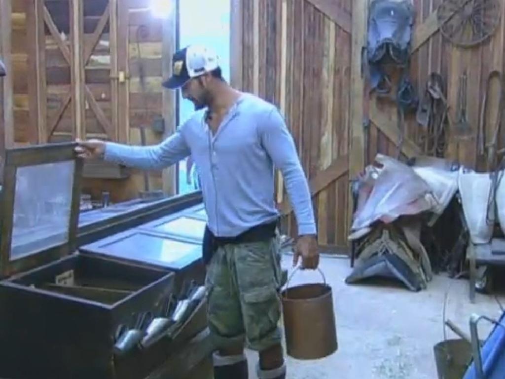22.jul,.2013 - Beto pega ração e o equipamentos no celeiro para cuidar dos cavalos