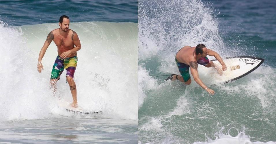 22.jul.2013 - Com bermuda colorida, Paulo Vilhena surfa em praia do Rio