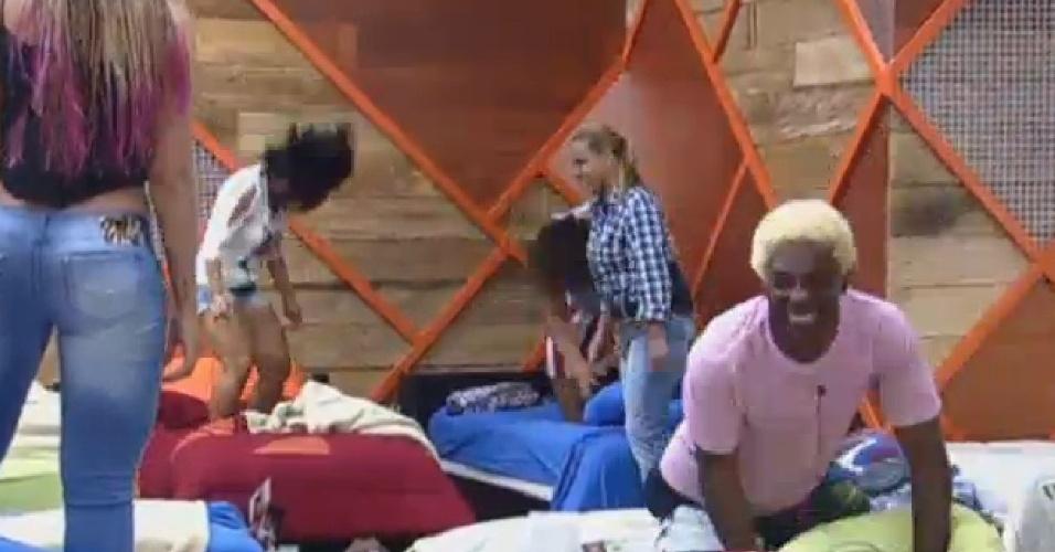22.jul.2013 - E vai rolar a festa! Peões pulam em cima das camas no quarto da sede