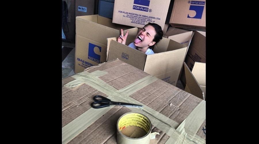 22.jul.2013 - Isis Valverde se divertiu com as caixas de papelão que estão sendo usadas em sua mudança de casa. A atriz divulgou a imagem por meio se uma rede social.