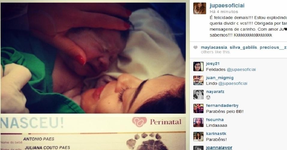 22.jul.2013 - Juliana Paes divulgou uma foto do filho recém-nascido, Antônio, por meio de sua página do Twitter. Na foto, a atriz segura o filho logo após dar à luz. O menino nasceu neste domingo (21) na maternidade Perinatal, no Rio.