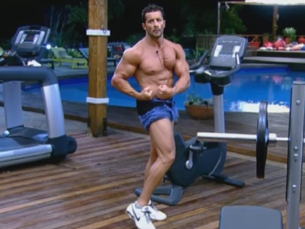 22.jul.2013 - Marcos Oliver faz pose de fisiculturista na academia