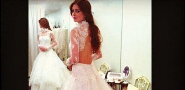 A atriz Marina Ruy Barbosa experimenta o vestido que sua personagem usará na trama