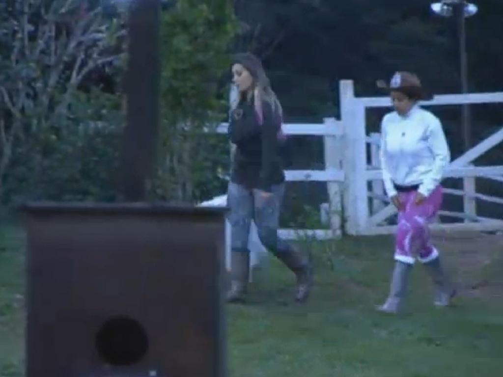 23.jul.2013 - Andressa reclama para Fazendeira Scheila sobre a limpeza dos animais