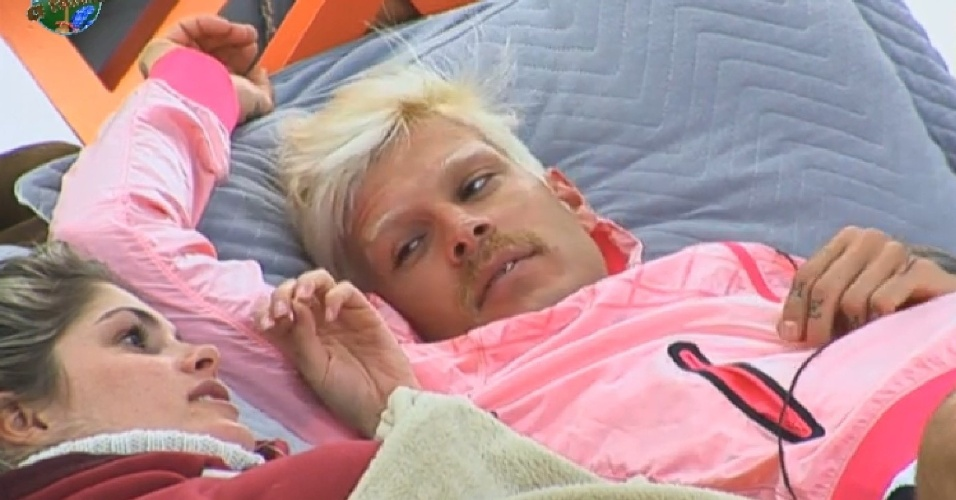 23.jul.2013 - Bárbara diz para Mateus que acredita em eliminação de Rita Cadillac na roça desta terça-feira