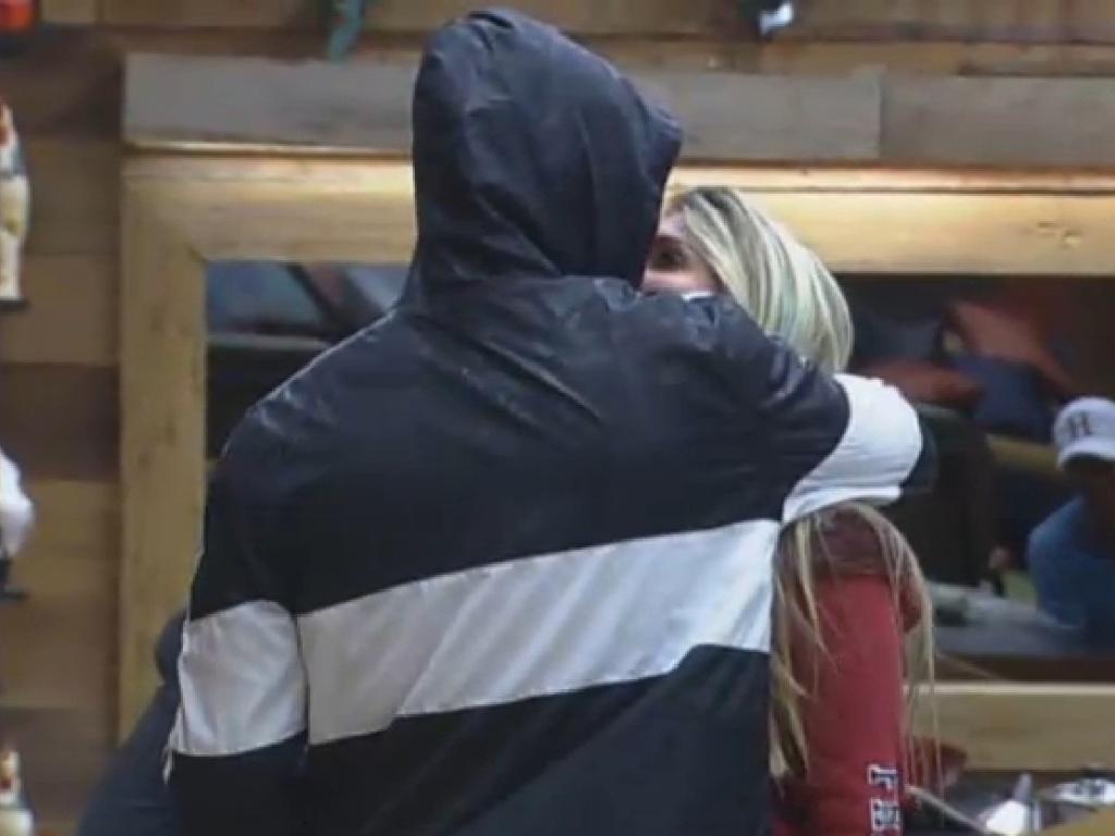23.jul.2013 - Mateus e Bárbara se beijam na manhã desta terça