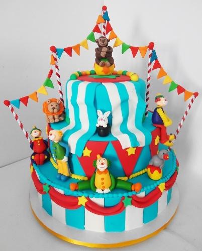Até parece um picadeiro, mas, sim, trata-se de um bolo de aniversário com direito a coelho saindo da cartola e tudo. O bolo Circo foi criado por Pri Paixão (www.blogpripaixao.blogspot.com.br)