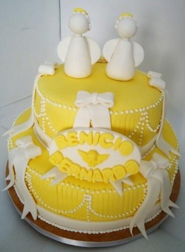 Bolo Anjinhos, decorado com laços e uma plaquinha com os nomes dos irmãos gêmeos, para quem foi realizada a festa. O bolo é da Pri Paixão (www.blogpripaixao.blogspot.com.br)