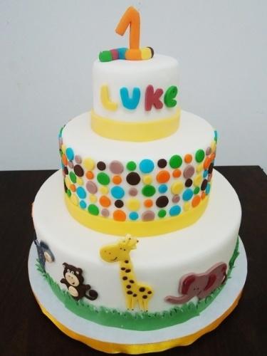 Bolo Bichinhos, criado por Pri Paixão (www.blogpripaixao.blogspot.com.br) para o primeiro aniversário de um menino. Todos os animais que decoram o bolo, assim como os outros detalhes, são feitos de pasta americana