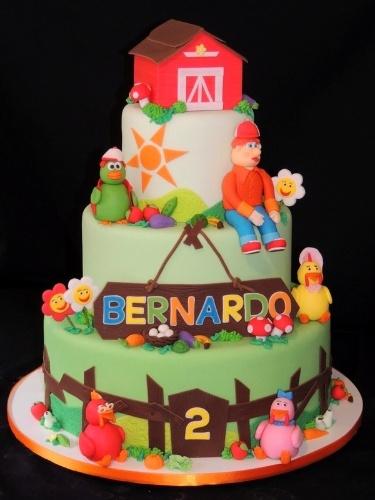 Bolo Cocoricó, feito pela Sweet Carolina (www.sweetcarolina.com.br). O bolo, coberto de pasta americana, é decorado com os personagens da série infantil, com direito a um celeiro no topo