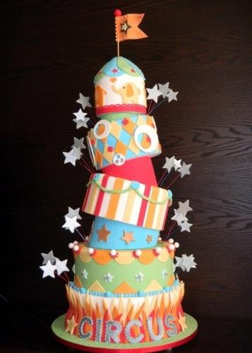 Bolo de aniversário Circo, da Sweet Carolina (www.sweetcarolina.com.br). Decorado com pasta americana, esse bolo tem os andares tortos. Elementos circenses decoram todo o bolo coberto de pasta americana