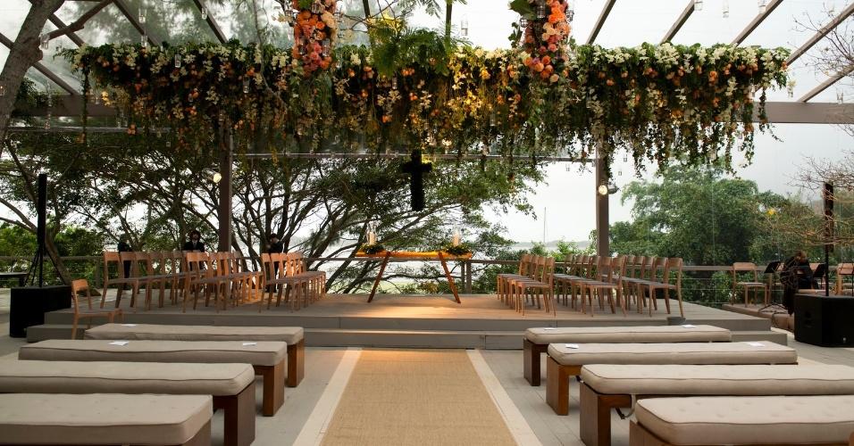 Casamento realizado na casa da família da noiva, em Florianópolis (SC), com decoração e produção de Lica Paludo Produções