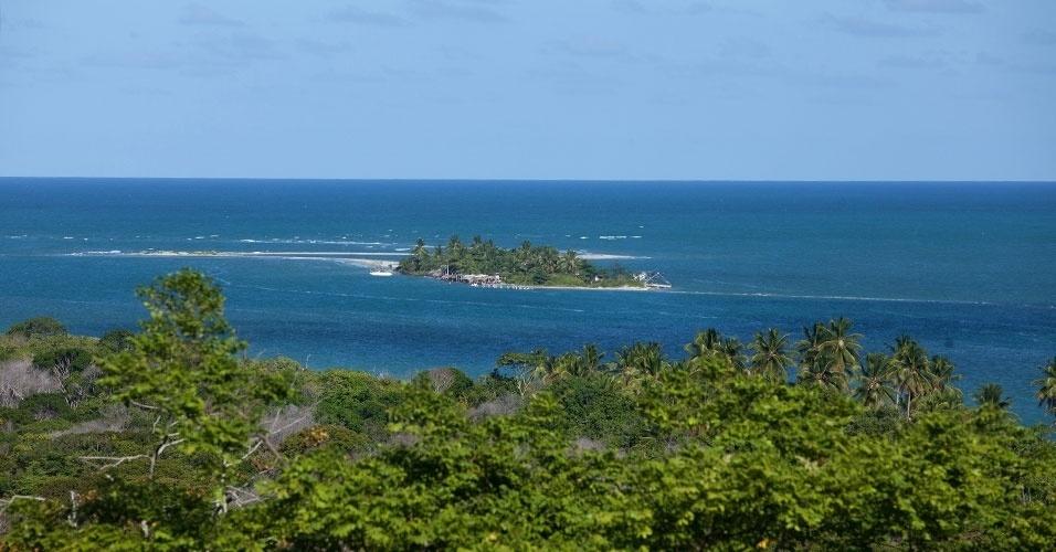 Vista da Coroa do Avião, ilhota que se forma numa porção de areia, na região da Ilha de Itamaracá