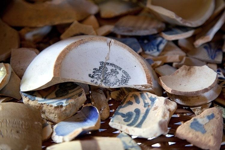 Achados arqueológicos, como fragmentos de cerâmica da era colonial, encontrados por moradores da região ao longo de anos estão em exposição em casa de artesão, na Ilha de Itamaracá