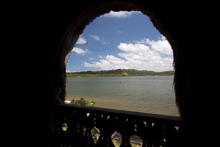 Vista do Canal de Santa Cruz, em Itamaracá, de dentro da casa de palha construída sobre uma fornalha holandesa
