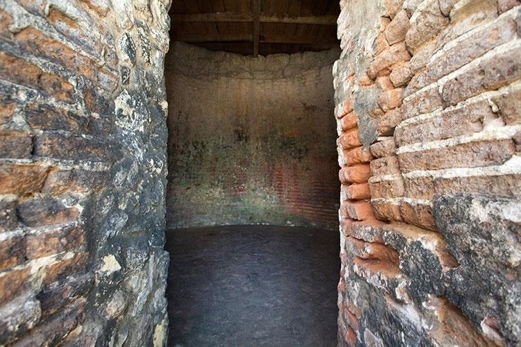 Antiga fornalha holandesa era usada para produzir argamassa de pedra calcária. Este é o único exemplar que permanece conservado na Ilha de Itamaracá. Em cima de suas ruínas foi construída uma casa de palha, que serve de moradia para um casal de artesãos