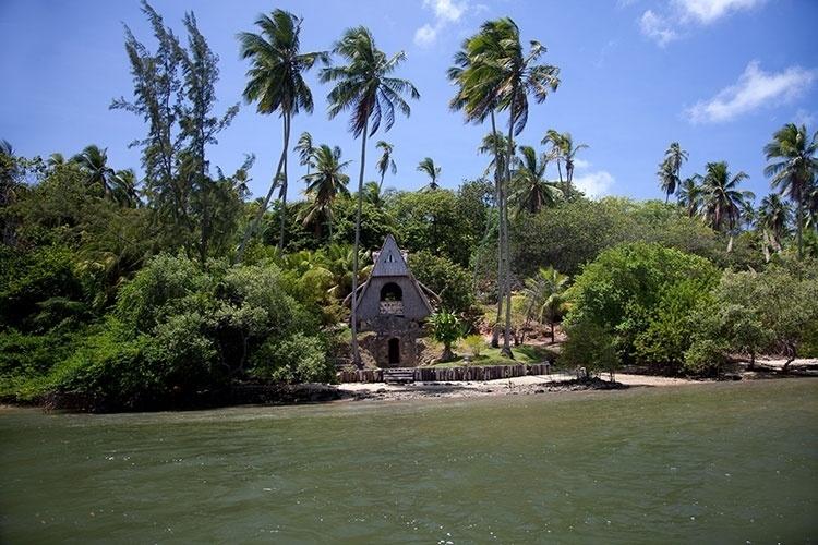 Casa de palha construída em cima das ruínas de uma fornalha holandesa, na Ilha de Itamaracá, é ponto turístico para quem faz o passeio pelo Canal de Santa Cruz