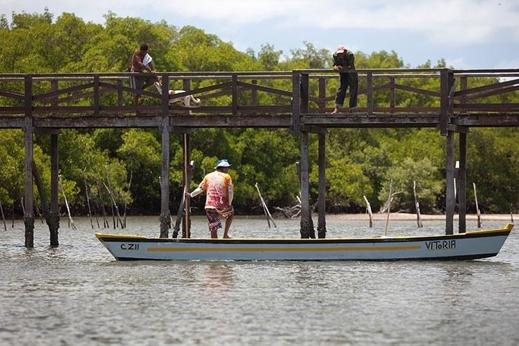 Ponte dos holandeses sobre o Canal de Santa Cruz, em Itamaracá; a estrutura de madeira foi construída sobre ruínas da obra original levantada durante a invasão holandesa