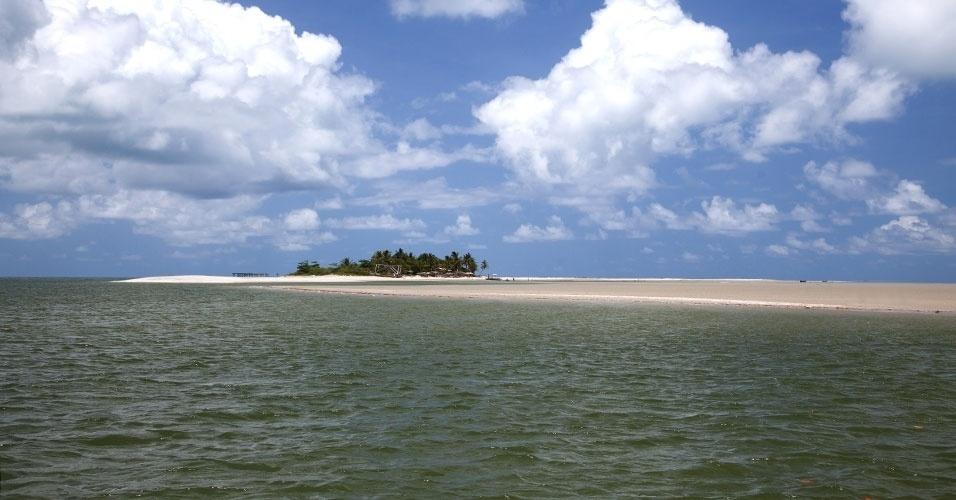 Coroa do Avião é uma ilhota formada por um grande banco de areia, aonde se chega de barco saindo da Ilha de Itamaracá