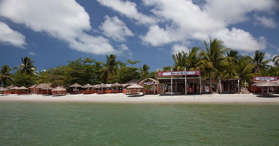 Barracas à beira-mar, na Coroa do Avião, ilhota aonde se chega de barco a partir da Ilha de Itamaracá. Ponto é ideal para relaxar tomando sol e experimentar frutos do mar