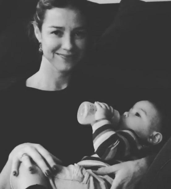 Luana Piovani dá mamadeira ao filho Dom