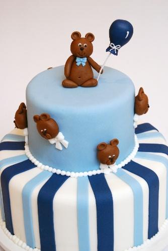 Nika Linden (www.nikalinden.com.br) é quem assina este bolo para o aniversário de um menino, cuja festa tinha ursinhos como tema. Com pasta americana, foi possível decorar o primeiro andar do bolo com listras brancas e azuis e criar o personagem que enfeitam o segundo andar e o topo
