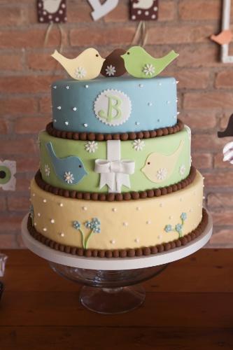 O Atelier Paula Gradícola (www.paulagradicola.com.br) foi o responsável pela realização de toda a festa cujo tema foi Passarinhos. A delicada mistura de cores azul, verde e marrom e amarelo acompanham a decoração do ambiente