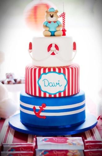 O bolo da festa Ursinho Marinheiro foi realizado pela empresa A Chocolarteira (achocolarteira.blogspot.com.br). A arte e papelaria personalizada são da Design Festeiro (www.designfesteiro.com.br) e a decoração foi assinada pelo Atelier Tati Be Tati (21-7944-9000)
