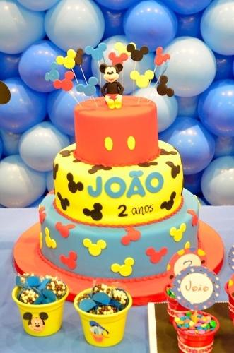O Mickey é a estrela da festa de aniversário organizada por Adriana Porto (www.adrianaporto.com.br). O bolo de três andares coberto de pasta americana foi realizado por Maria Iraildes (www.bolosdecorados.com.br)