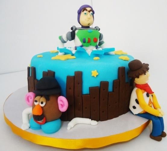 O personagem Buzz Lightyear aparece estourando o bolo de aniversário de um menino fã de Toy Story. Para enfeitar, no entorno, outros dois personagens: o protagonista Woody e o Sr. Cabeça de Batata. Foi feito por Pri Paixão (www.blogpripaixao.blogspot.com.br)