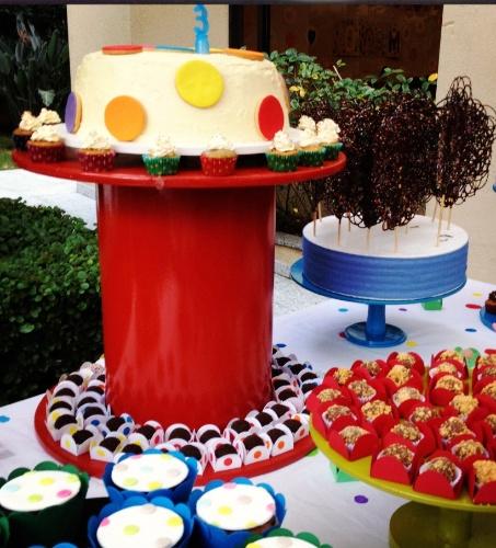 O suculento bolo feito por Tammy Montagna (www.tammymontagna.com) faz parte da decoração de uma festa que tem bolas como tema, organizada pela Decoração do Baile (decoracaodobaile.wordpress.com)