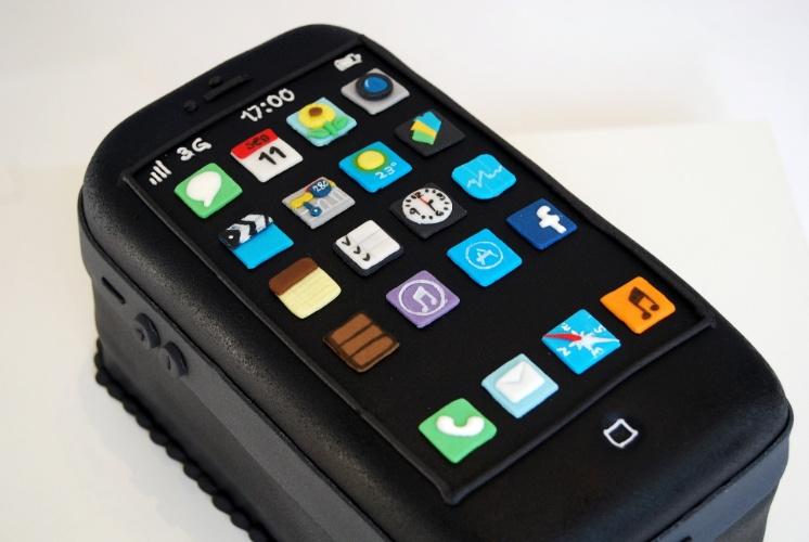 Para um menino amante do smartphone da Apple, o bolo iPhone fez a festa. Não faltaram nem os aplicativos do celular e os botões ao lado para diminuir e aumentar o volume. É uma criação de Nika Linden (www.nikalinden.com.br)