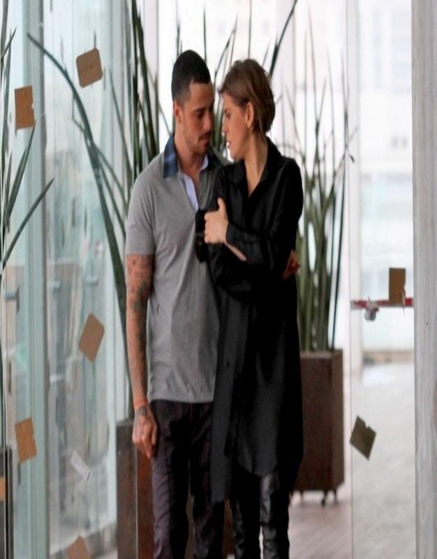 """24.jul.2013 - Bárbara Paz gravou cenas de """"Amor à Vida"""" em um shopping do Rio. Na sequência, Edith (Bárbara) se encontra com Wagner (Felipe Titto), mordomo de Félix (Mateus Solano), e eles acabam trocando beijos"""