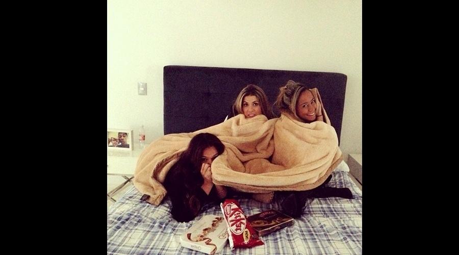 """24.jul.2013 - Bruna Marquezine se protegeu do frio acompanhada da cunhada, Rafaella Santos (dir) e de mais uma amiga, A foto foi divulgada por Rafaella em uma rede social. """"Gordinhas com frio"""", brincou a irmã de Neymar"""