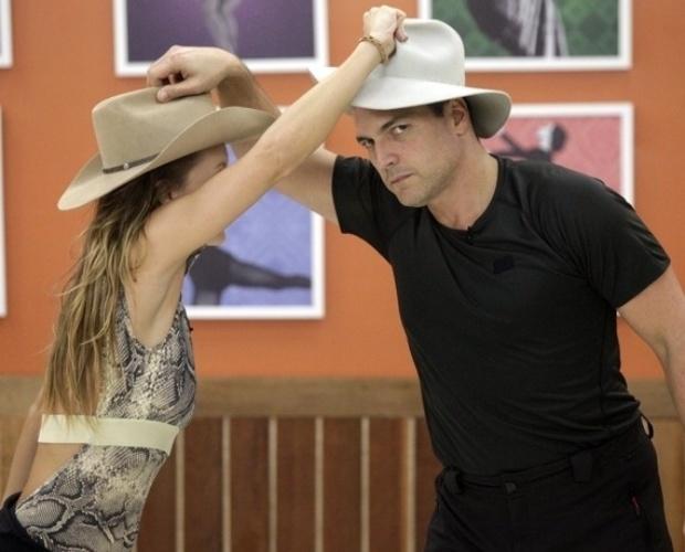 """24.jul.2013 - Daniel Boaventura e ana Valcézia ensaiam sertanejo no """"Dança"""""""