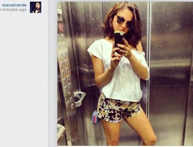 24.jul.2013 - De short curtinho, Isis Valverde tira foto no elevador e publica no Instagram