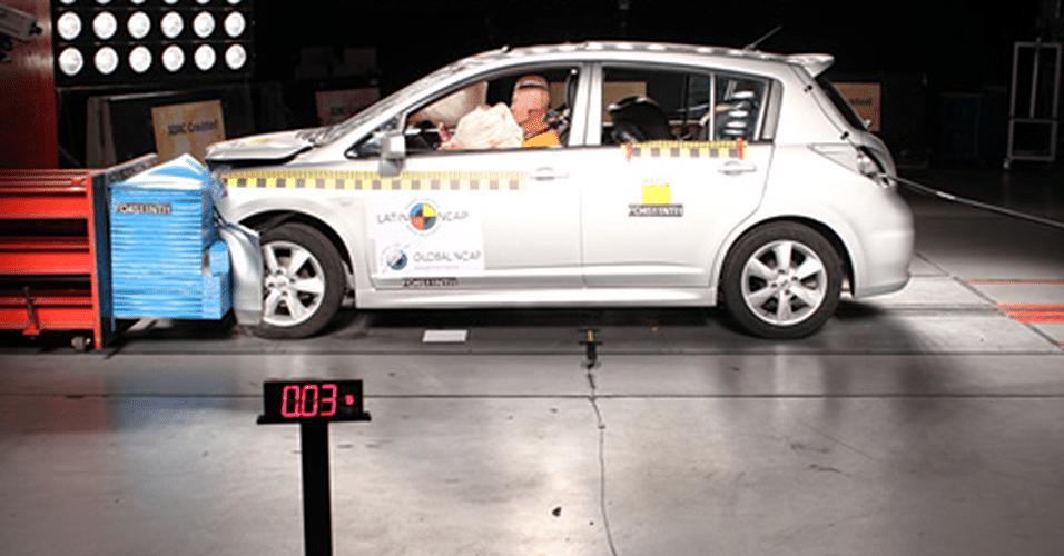 Nissan Tiida hatch com airbag duplo