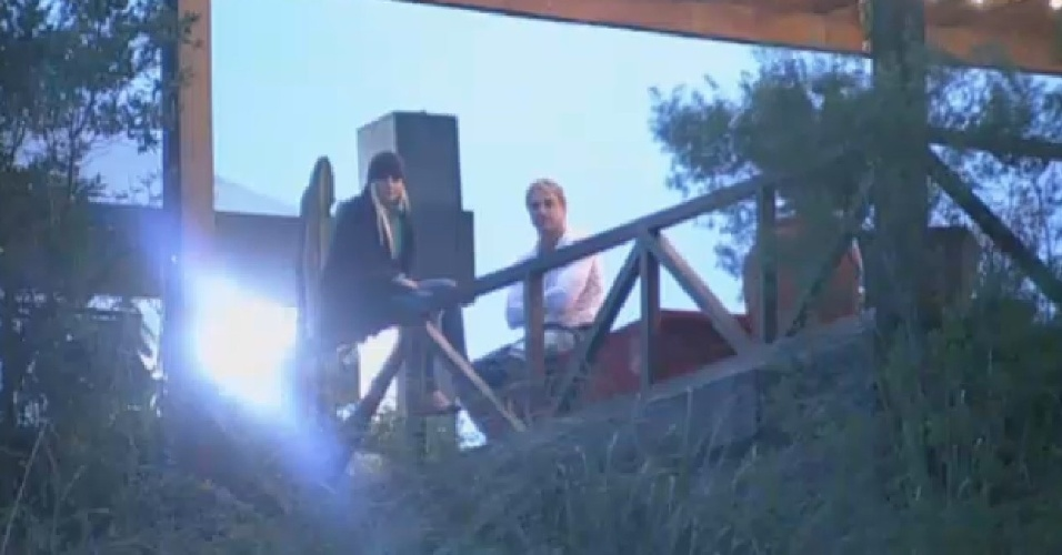 25.jul.2013 - Bárbara Evans e Paulo Nunes provocam peões no celeiro