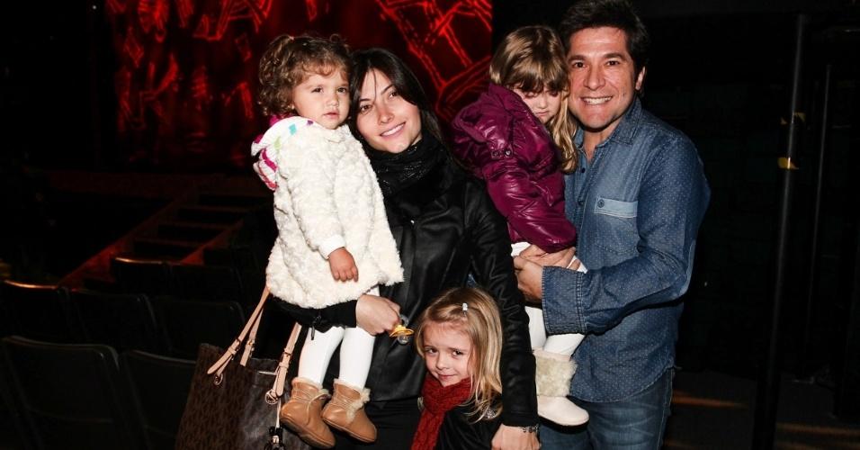 25.jul.2013 - O cantor Daniel vai com a mulher Aline, as filhas Lara e Luiza e a sobrinha Bibi assistir ao espetáculo