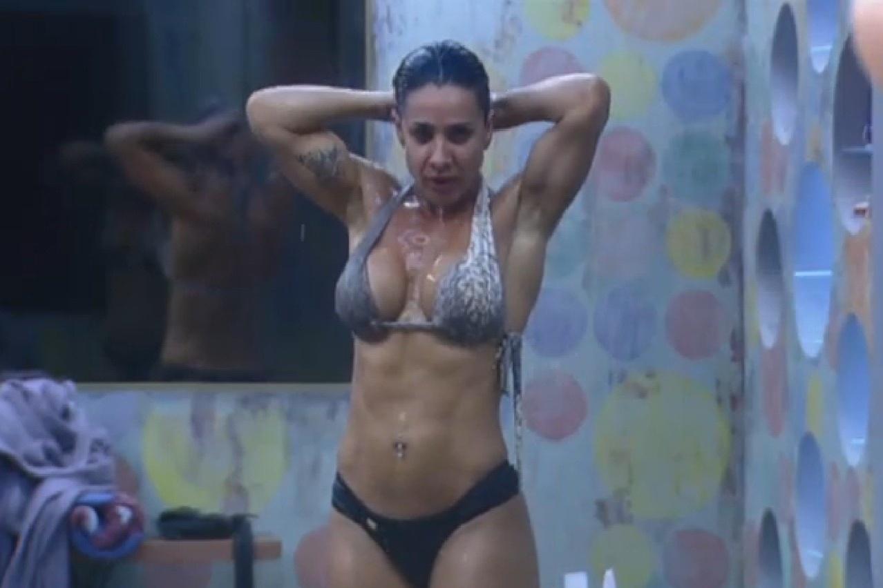 25.jul.2013 - Scheila Carvalho exibe corpo sarado durante banho nesta manhã
