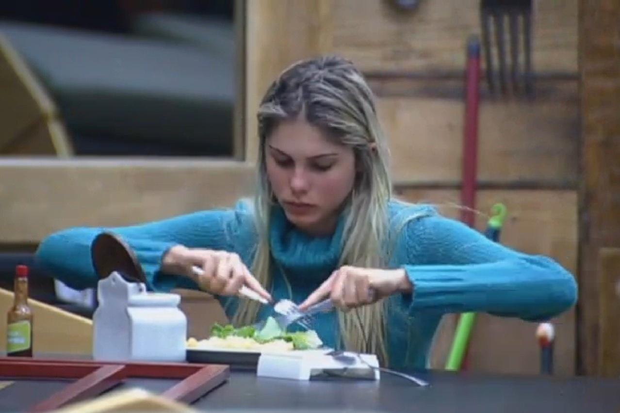 25.jul.2013 - Sem Mateus, Bárbara almoça sozinha na cozinha
