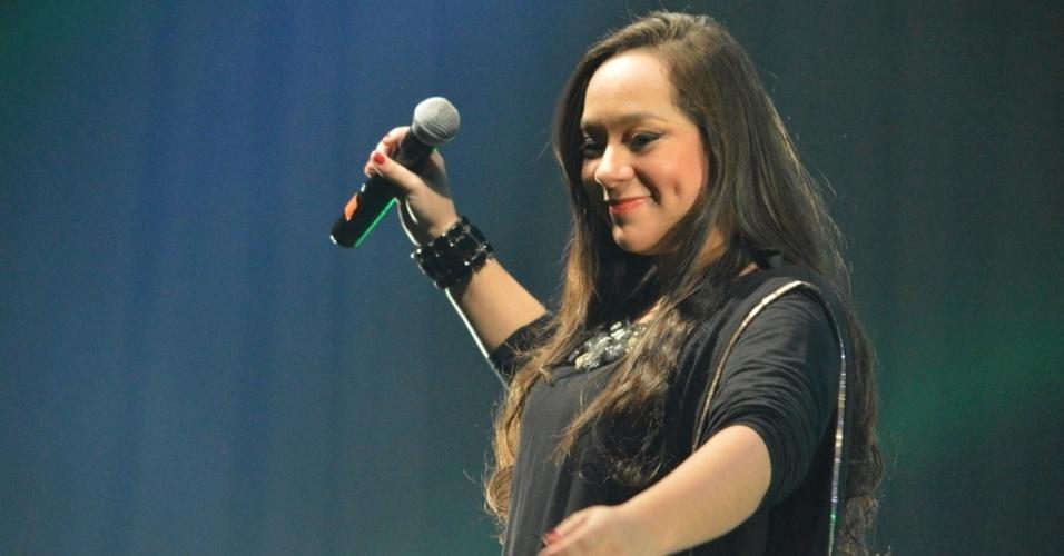26.jul.2013 - A filha de Dominguinhos, Liv Moraes, que tinha sepultado o pai há cerca de 3h antes de sua apresentação, fez questão de comparecer e cantar com os outros artistas
