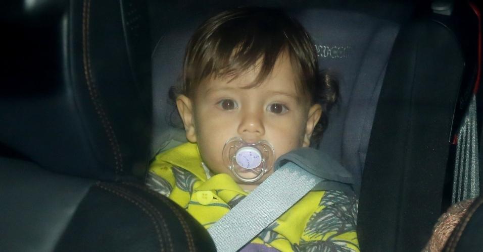 26.jul.2013 - Após participar do casamento dos pais, Dom, filho de Luana Piovani e Pedro Scooby, foi levado embora da festa que aconteceu no Rio