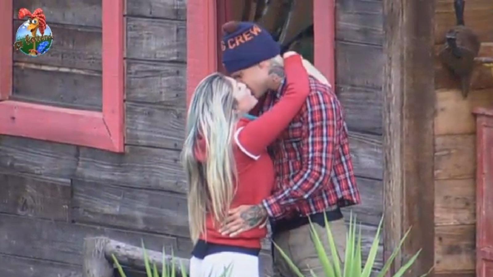 26.jul.2013 - Bárbara Evans vai até o celeiro para dar um beijo em Mateus Verdelho na manhã desta sexta-feira