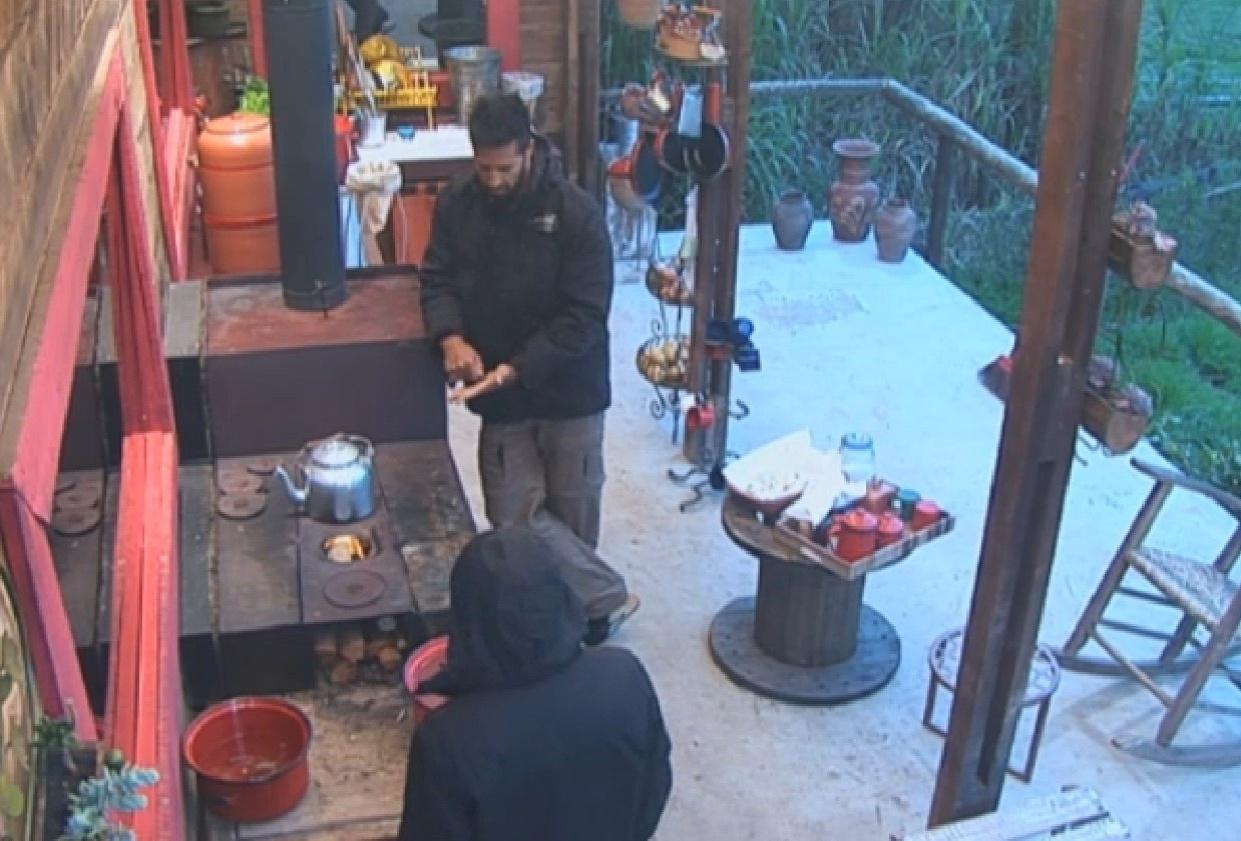 26.jul.2013 - Beto ensina Yudi como tomar um